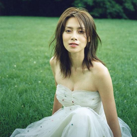 白いドレスの中谷美紀